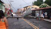 Telhados foram parar na rua devido às fortes rajadas de vento durante chuva intensa (Foto: ATUAL)