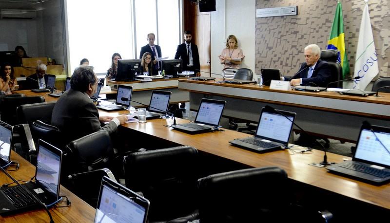 CAE aprova projeto que restringe bancos de operar recursos da Previdência