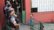 Policiais militares retiraram as famílias de terreno federal na zona centro-sul de Manaus (Foto: Daisy Melo/Adua/Divulgação)