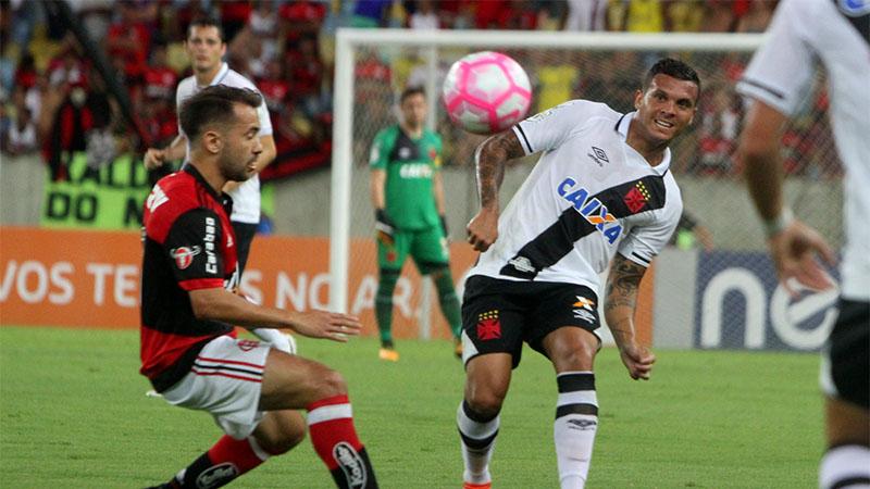 Ramon deu trabalho, mas deixou campo no final ao sofrer contusão (Foto: Paulo Fernandes/Vasco.com)