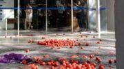 Tomates foram usados em protesto contra o ministro Gilmar Mendes, que não viu a manifestação (Foto: Facebook/Reprodução)