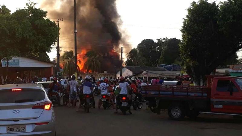 Supostos garimpeiros atearam fogo em sede do Ibama, carros e balsas em Humaitá (Foto Divulgação)