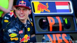 Max Verstappen venceu na Malásia ao pressionar Lewis Hamilton, da Mercedes, o segundo colocado (Foto: RB Racingnews/Divulgação)
