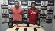 Romeu Ramos de Souza e André Alexandre Sabino Nicácio presos com fuzil exclusivo de uso militar (Foto: Rocam/Divulgação)