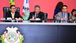 Os secretários Alfredo Paes (centro) e Sdiney Leite (à direita) apresentaram dados do orçamento na ALE, presidida por David Almeida (Foto: Dhyeizo Lemos/AL/Divulgação)