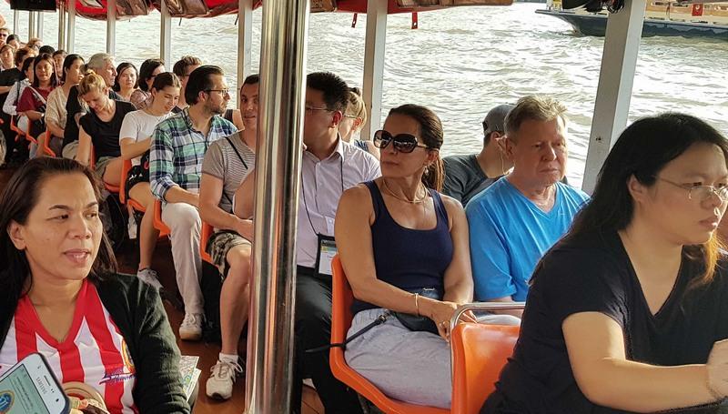 Prefeito Arthur Neto (camisa azul) conheceu transporte público aquaviário em Bangkok (Foto: Semcom/Divulgação)