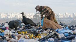 Resíduos orgânicos que poderiam ser reciclados são despejados em aterros causando doenças (Foto: Leopoldo Silva/Agência Senado)
