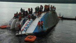 Embarcação virou e ficou com um dos lados dentro da água (Foto: Divulgação)