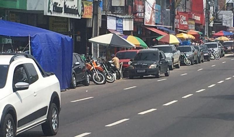 Obstrução de calçadas por vendedores ambulantes é infração à lei, alerta juiz (Foto: ATUAL)