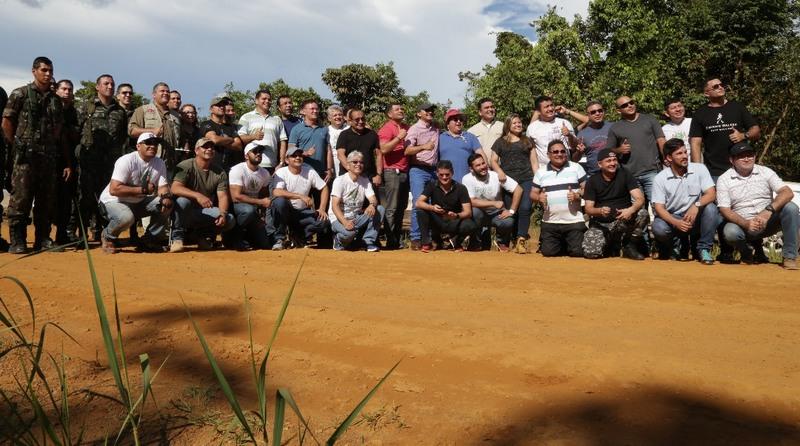 Deputados percorreram trecho de estrada para levantar informações sobre asfaltamento (Foto: ALE/Divulgação)