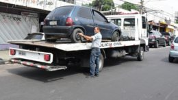 Carros são levados por guinchos porque são peças de inquérito policial (Foto: Bruno Zanardo/Secom)