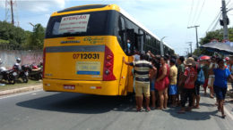 Acesso aos ônibus do transporte público de passageiros foi difícil para chegar aos cemitérios. Veículos trafegaram lotados (Foto: Valmir Lima/ATUAL)