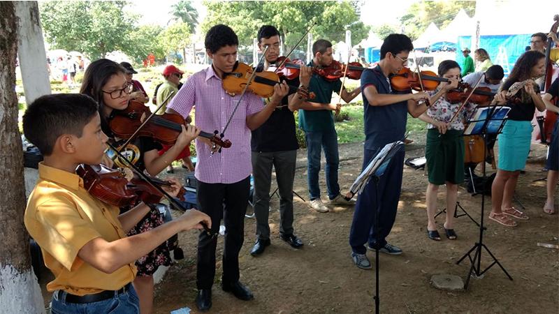 Grupo de músicos se apresentou aos visitantes com canções em ritmo instrumental (Foto: Valmir Lima/ATUAL)