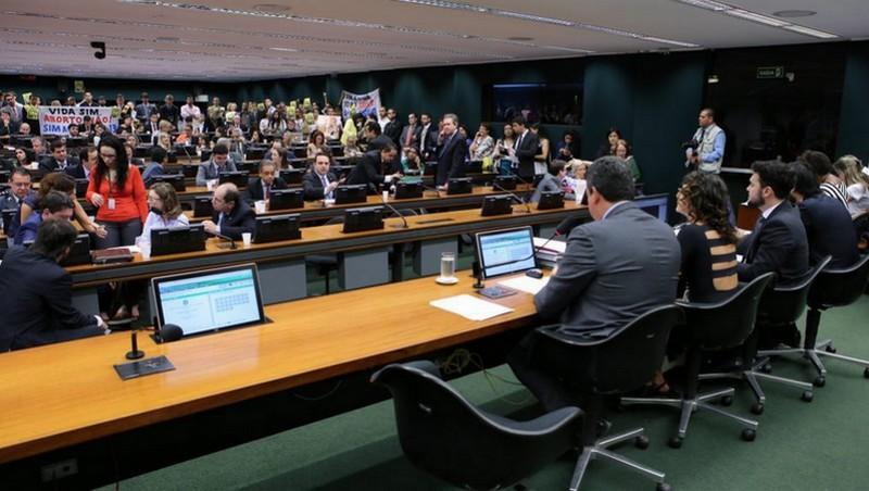 Comissão na Câmara aprovou proposta que proíbe o aborto em caso de estupro (Foto: Gilmar Felix/Câmara dos Deputados)