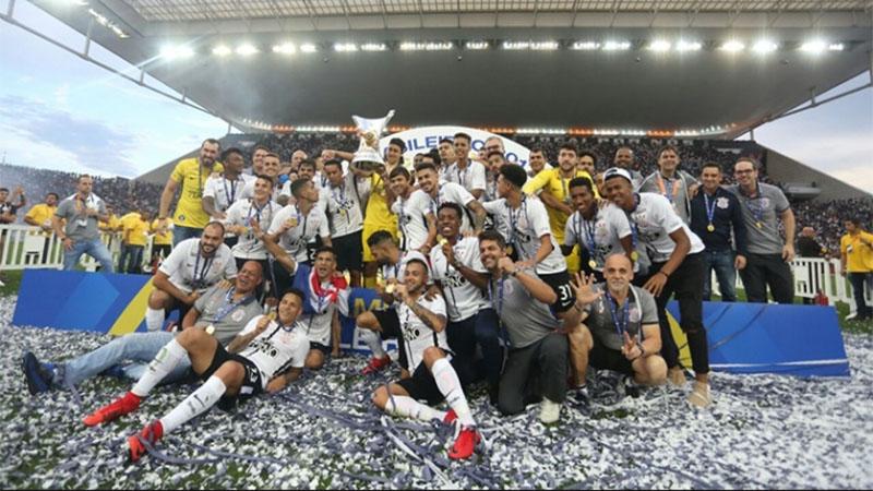 Corinthians recebeu a taça de campeão em empate com o Atlético-MG (Foto: Rodrigo Costa/Ag. Corinthians)