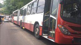 Ônibus foram apreendidos em blitz do Detran-AM. Havia até veículo com placa clonada (Foto: ATUAL)