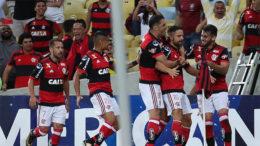 Jogadores comemoram gol de Diego. Empate garantiu o Flamengo na semifinal da Copa Sul-Americana (Foto: Gilvan de Souza/Flamengo.com)