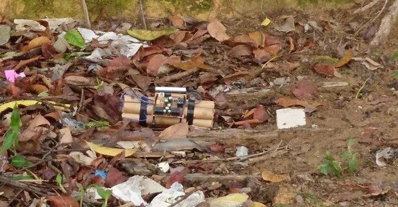 Bananas de dinamite estavam amarradas e com relógio em terreno baldio (Foto: PM/Divulgação)
