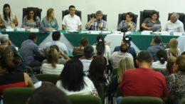 Secretário Francisco Deodato (centro) reuniu prefeitos para anunciar liberação de dinheiro a partir de janeiro (Foto: Susam/Divulgação)