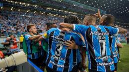Jogadores do Grêmio festejaram vitória que assegurou vantagem do empate no jogo de volta (Foto: Lucas Uebel/Grêmio/FBPA)