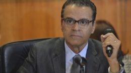 O presidente da Câmara, Henrique Eduardo Alves, coordena reunião com líderes partidários sobre as prioridades para votação (Foto: José Cruz/Agência Brasil)