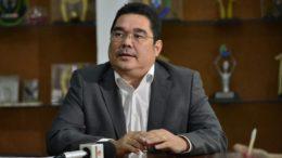 Secretário José Augusto diz que renovação de contrato é para garantir o ano letivo de 2018 (Foto: Aguilar Abegassis/Secom)