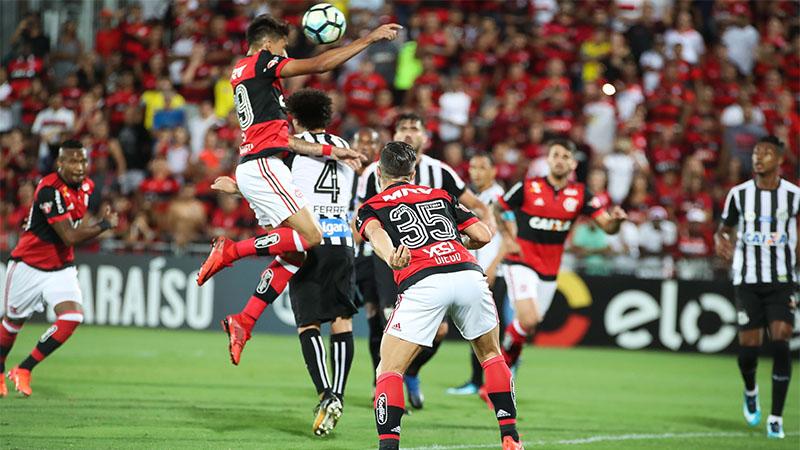 Lucas Paquetá subiu para cabecear e abrir o placar para o Flamengo, que perdeu o jogo devido às falhas do goleiro (Foto: Gilvan de Souza/Flamengo)