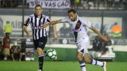 Nenê tentou, mas não conseguiu marcar e Vasco, que marcou primeiro, sofreu empate no segundo tempo (Foto: Paulo Fernandes/Vasco.com.br)