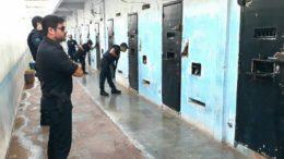 Policiais civis do Amazonas e do Mato Grosso inspecionam presídio em Rondonópolis para identificar presos que extorquiam parentes de pacientes no Amazonas (Foto: PC-AM/Divulgação)