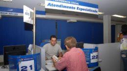 Homens com mais de 65 anos e mulheres com mais de 62 anos podem ir ao banco receber o benefício (Foto: Agência Brasil)