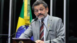 Paulo Rocha defende uma atuação em conjunta entre governos dos Estados e o governo federal para impedir os crimes no Norte do País (Foto: Moreira Mariz/Agência Senado)