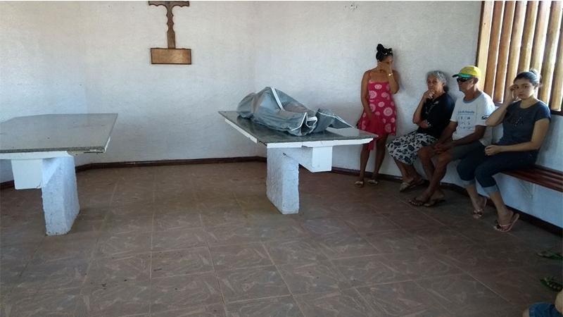 Familiares aguardando liberação do corpo de Francisco de Assis, encontrado nesta quinta-feira (Foto: Divulgação)