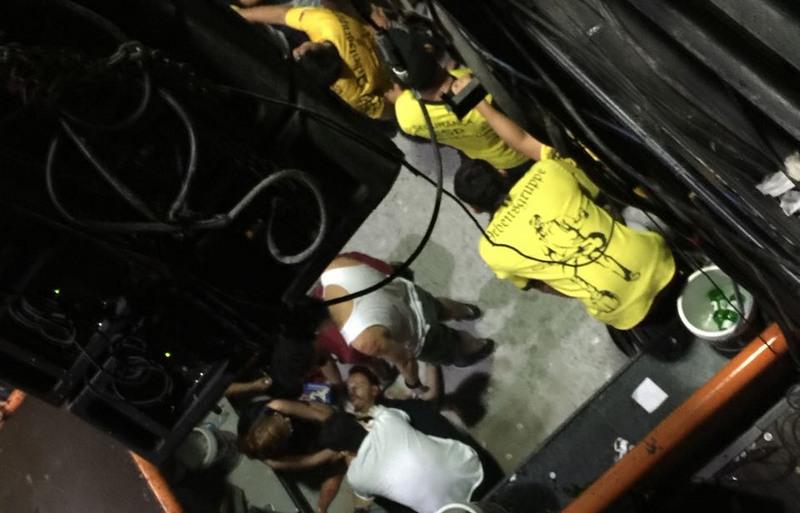 Vítimas foram socorridas ainda no chão dentro do Porão do Alemão (Foto: Facebook/Reprodução)