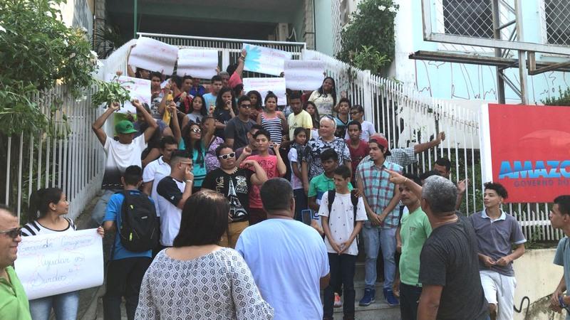 Surdos e mudos, pais e professores protestaram por retorno à escola especial no Centro de Manaus (Foto: Divulgação)