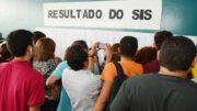 Candidatos foram conferir aprovação em relação fixada na sede da Reitoria da UEA (Foto: Joelma Sanmelo/ Divulgação UEA)