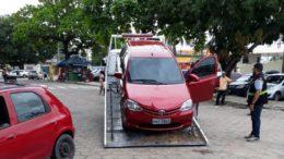 Carro de serviço de transporte do Uber foi guinchado em operação em Manaus (Foto: Semcom/Divulgação)