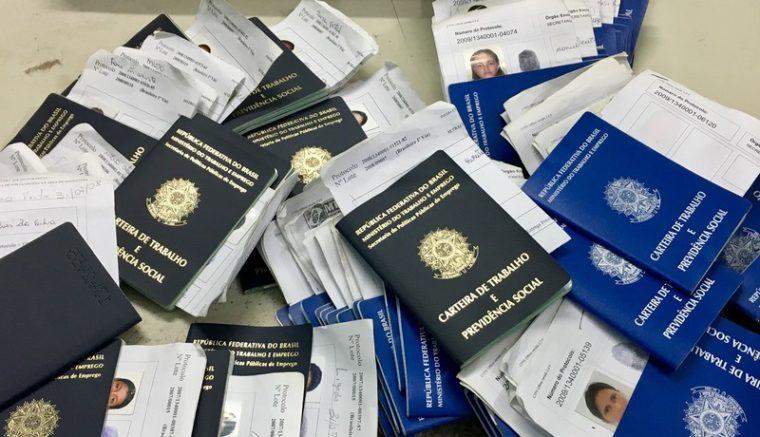 Acúmulo de carteiras de trabalho gera problemas para armazenar os documentos (Foto: Hugo Bronzere/Setrab)