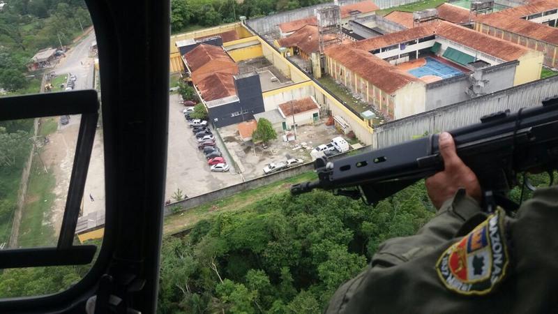 Helicóptero reforça segurança nos presídios de Manaus às vésperas de completar um ano do massacre do Compaj (Foto: Seap/Divulgação)
