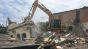 Uma escavadeira foi utilizada pela Defesa Civil para demolir imóveis que estavam sob risco de desabar (Foto ATUAL)