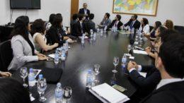 Presidente do TJAM, Flávio Pascarelli (em pé) se reuniu com novos juízes para pedir produtividade (Foto: Raphael Alves/TJAM)