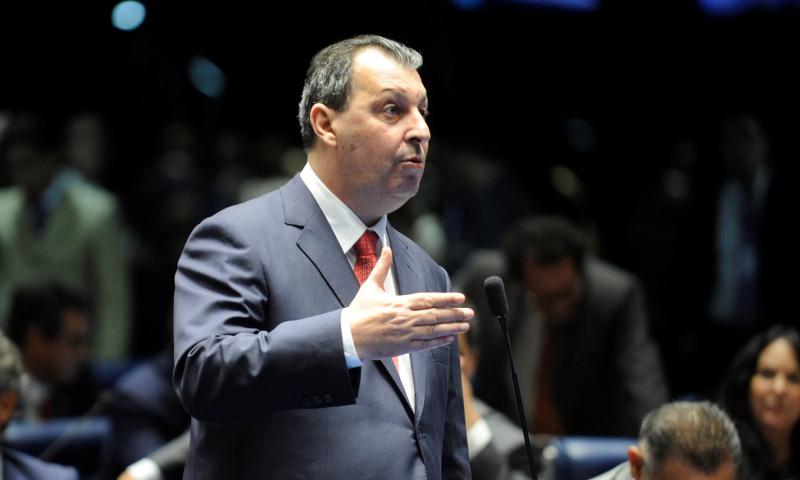 Omar Aziz está entre os 10 senadores que mais usaram licença sem justificativa