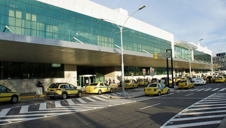 Mulher teria sido ferida no calcanhar quando caminhava entre dois carros no estacionamento do aeroporto (Foto: Mario Roberto Duran Ortiz/CC)