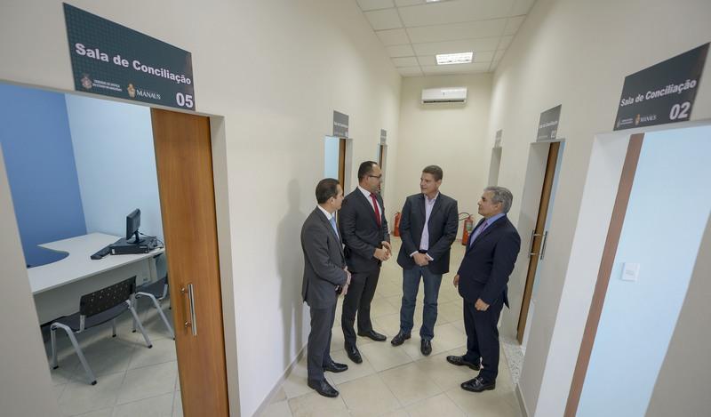 Vice-prefeito Marcos Rotta e o presidente do TJAM Flávio Pascarelli, inauguraram novo espaço de conciliação (Foto: Alex Pazuello/Semcom)