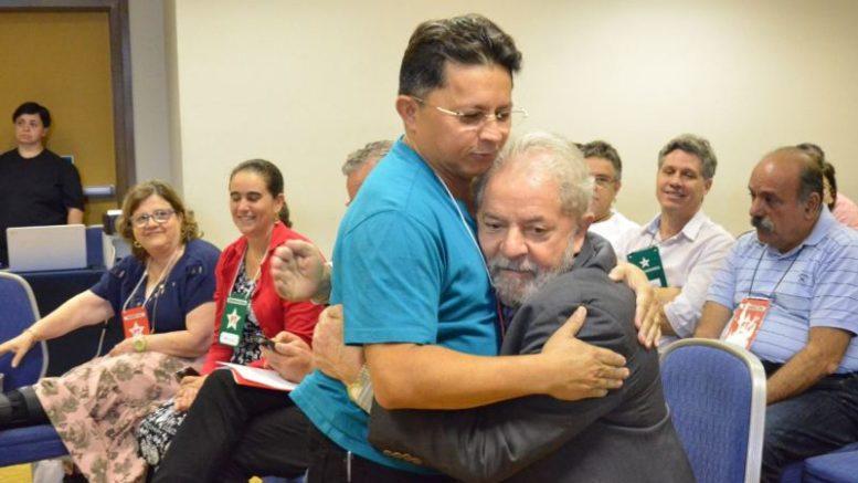 sinesio campos abraçado por Lula em Sao Paulo