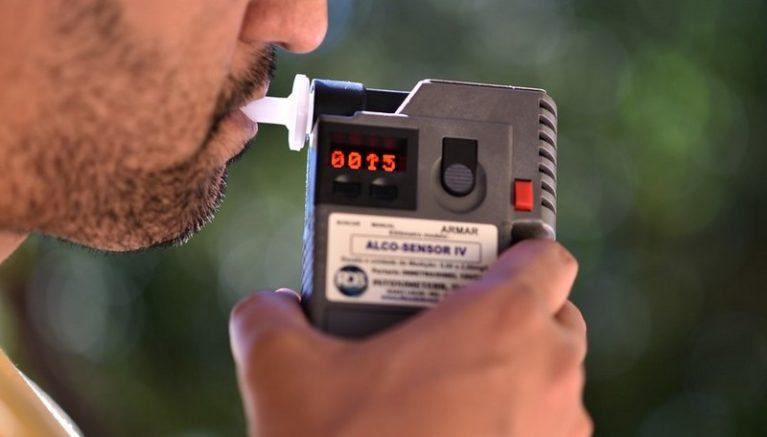 Teste do bafômetro identifica se condutor dirige sob efeito de álcool (Foto: André Borges/Agência Brasília)