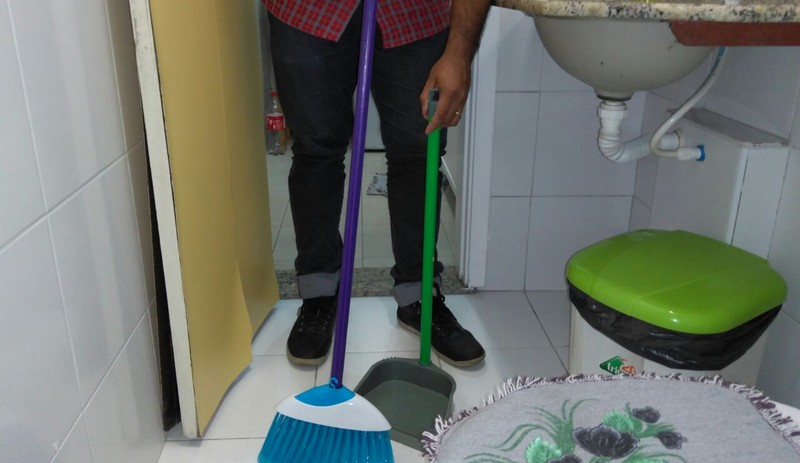 Homens dedicam nove horas a menos que mulheres a atividades domésticas