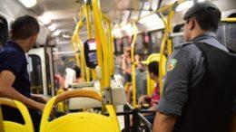 Ações da Polícia Militar em ônibus pretendem inibir assaltos a passageiros e cobradores (Foto: Bruno Zanardo/Secom)
