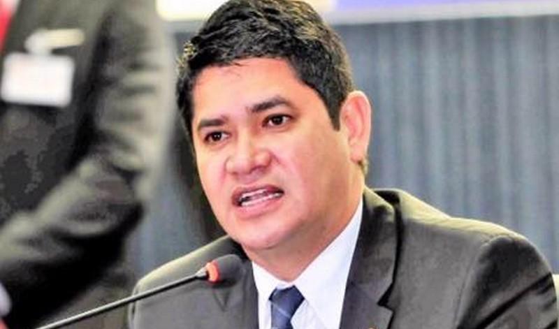Juiz manda prefeito de Parintins retirar postagens a favor de Amazonino