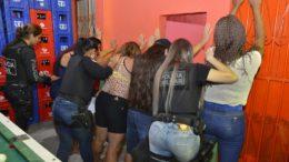 Mulheres foram revistadas em bar durante operação policial em Manaus (Foto: Aguilar Abecassis/Secom)