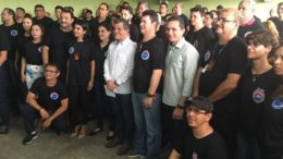 Peritos posaram para foto com o secretário Bosco Saraiva para comemorar acerto de reajuste salarial (Foto: ATUAL)